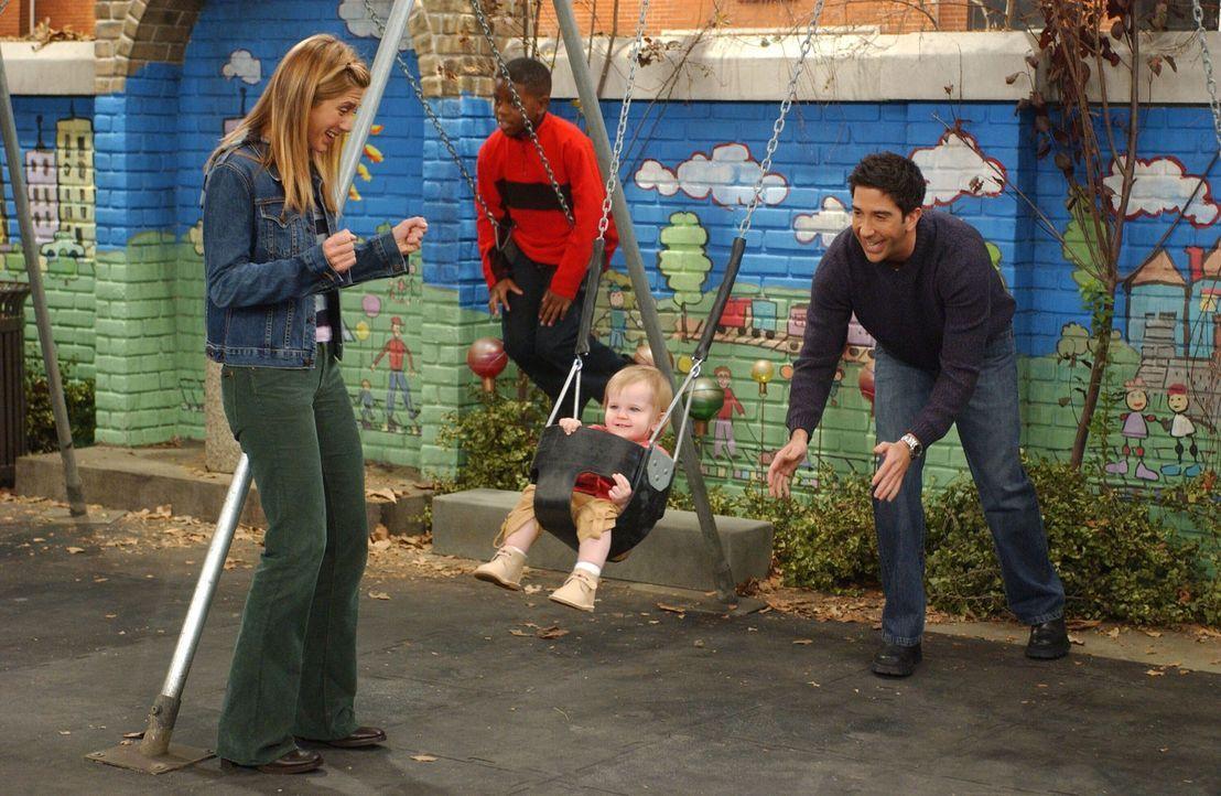 Weil Rachel (Jennifer Aniston, l.) als Kind einen Unfall auf einer Schaukel hatte, will sie nicht, dass Ross (David Schwimmer, r.) mit Emma (Darstel... - Bildquelle: 2003 Warner Brothers International Television