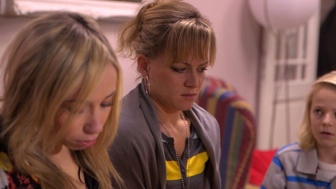Louisa (l.), David und Fabian (r.) müssen entsetzt feststellen, dass Michelle ihre Mutter Christina (M.) tyrannisiert ... - Bildquelle: SAT.1