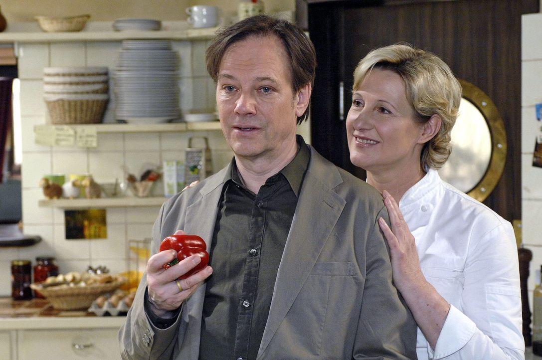Susanne (Heike Jonca, r.) versucht herauszufinden, was Armin (Rainer Will, l.) von Leonore will ... - Bildquelle: Oliver Ziebe Sat.1