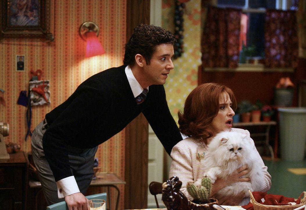 Als Familie Suarez Marc (Michael Urie, l.) und seine Mutter (Patti LuPone, r.) zum Hackbraten-Essen einlädt, hoffen alle auf einen harmonischen Aben... - Bildquelle: Buena Vista International Television