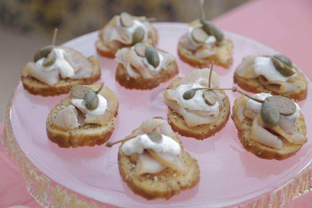 Für den kleinen Hunger bereitet Giada Häppchen mit geräuchertem Fisch und Kapern zu, an denen sich ihre Gäste erfreuen können ... - Bildquelle: 2015,Television Food Network, G.P. All Rights Reserved