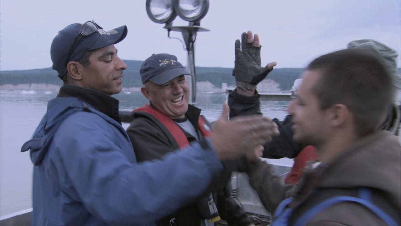 Gefährlich geht es in Labrador zu, wo Mike Anderson (l.) und sein Team auf der Jagd nach einem deutschen U-Boot bei den Muskrat Falls gegen gefährli... - Bildquelle: 2012 PIXCOM PRODUCTIONS INC.
