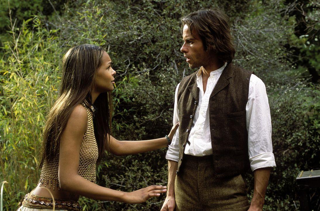 Auf seiner Zeitreise lernt der Wissenschaftler Alexander Hartdegen (Guy Pearce, r.) Mara (Samantha Mumba, l.) kennen ... - Bildquelle: Warner Bros. Pictures