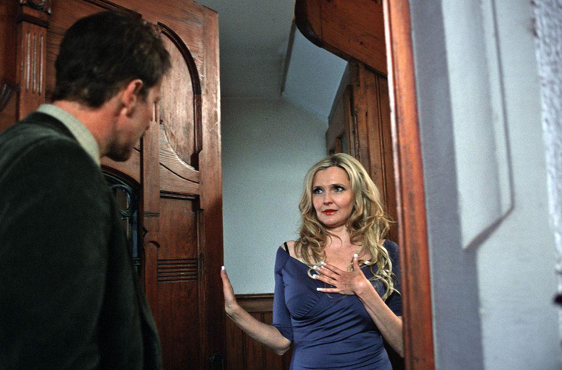 Paul (Jochen Horst, l.) glaubt seinen Augen nicht zu trauen, als ihm die Hausbesitzerin Isabelle (Katharina Schubert, r.) die Tür öffnet. Sie ist... - Bildquelle: Sat.1