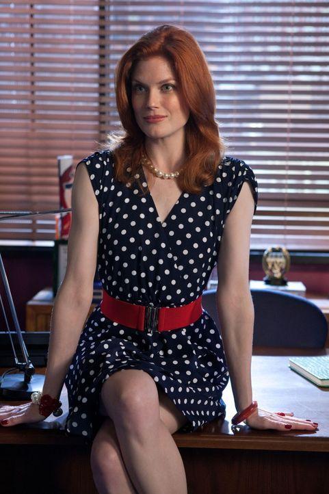 Berät während Cate und Ryans Radiosendung die beiden bei ihren auftretenden Ehekrisen: Kelly Campbell (Amy Price-Francis)... - Bildquelle: The CW   2009 The CW Network, LLC. All Rights Reserved
