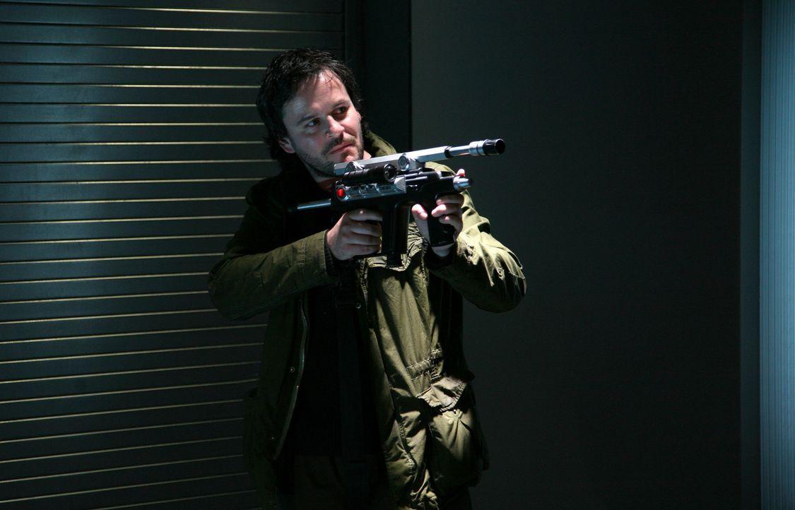 Ihm gelingt es, wieder in die Urzeit zu fliehen: Ethan (Jonathan Byrne) ... - Bildquelle: ITV Plc