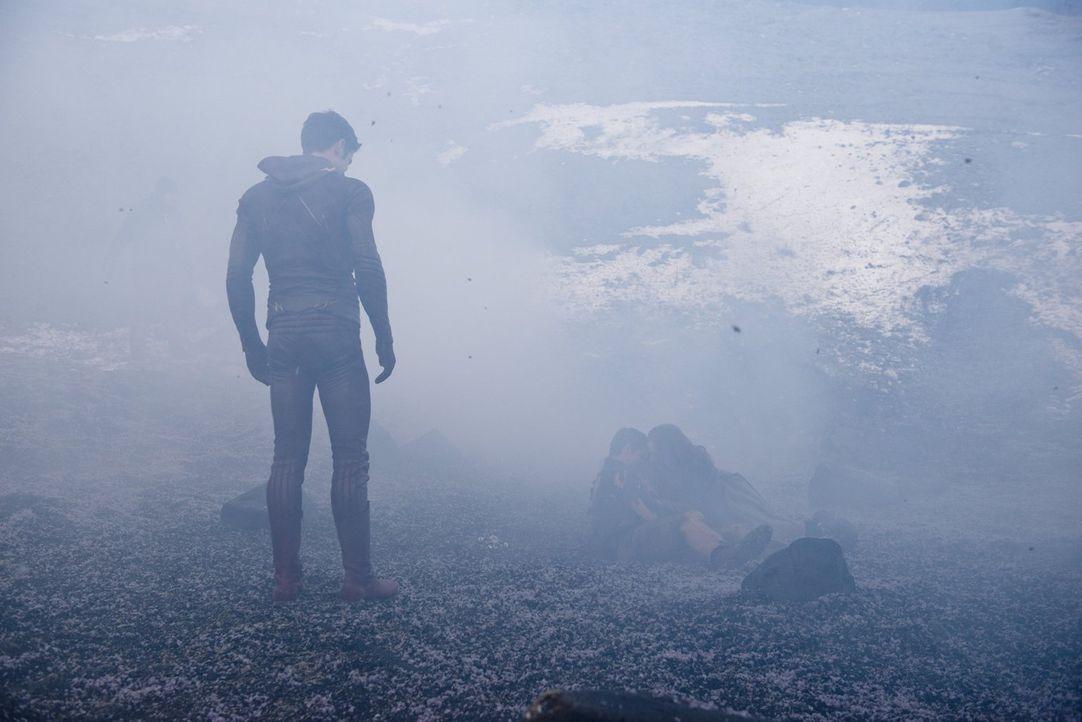 Als Barry alias The Flash (Grant Gustin) bewusst wird, was damals wirklich im Haus seiner Eltern passiert ist, fragt er ausgerechnet Dr. Wells um Ra... - Bildquelle: Warner Brothers.