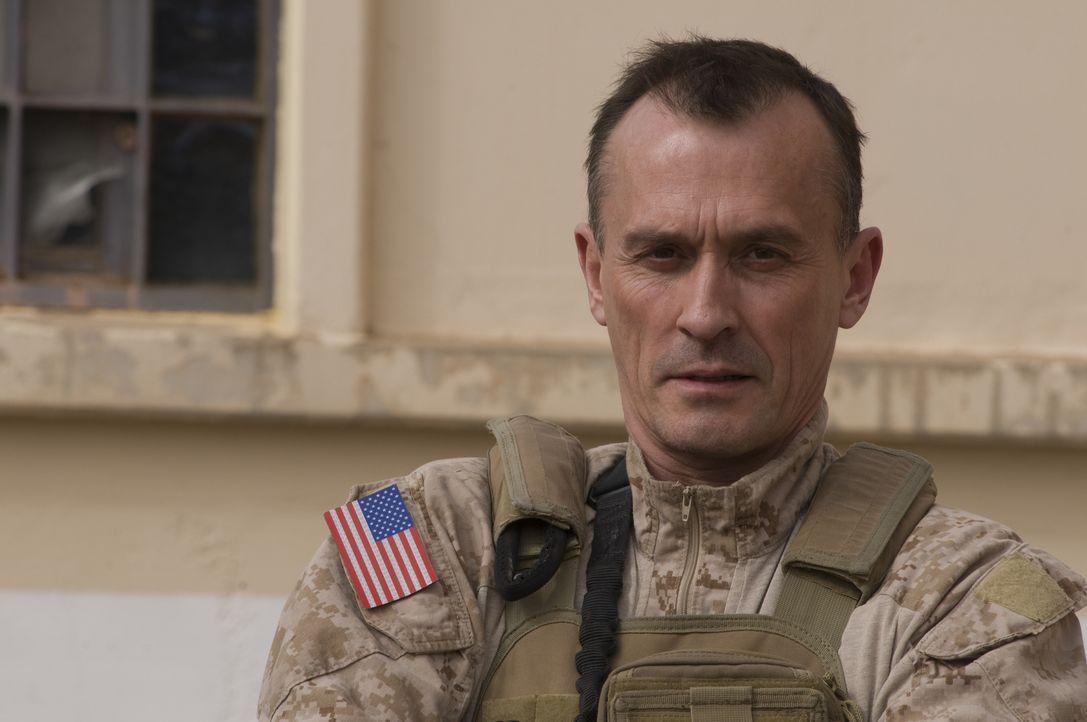 Der Lieutnant Commander (Robert Knepper) muss dem Team beibringen, dass es bei einem der wichtigsten Einsätze in der Geschichte der Army teilnehmen... - Bildquelle: 2012, Falcom Media