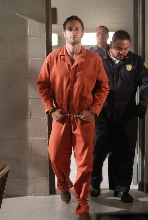 Während eines Besuchs im Gefängnis präsentiert Danny dem inhaftierten Steve (Alex O'Loughlin, l.) einen überraschenden Besucher, der seine Unschuld... - Bildquelle: Mario Perez TM &   CBS Studios Inc. All Rights Reserved.