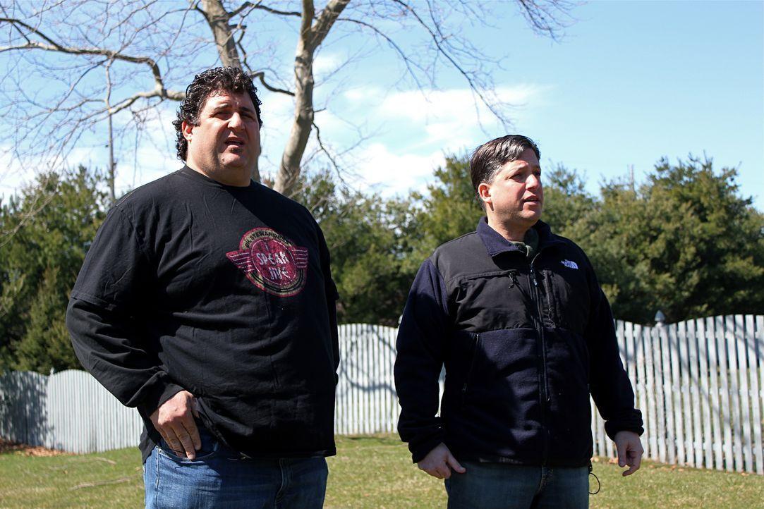 Familienmensch Lou (r.) braucht dringend einen Platz für sich zum Entspannen. Tony Siragusa (l.) und Jason Cameron eilen zu Hilfe, um ihm seinen eig... - Bildquelle: Nathan Frye 2011, DIY Network/Scripps Networks, LLC.  All Rights Reserved.