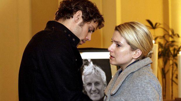 Anna (Jeanette Biedermann, r.) weicht zurück, als Jonas (Roy Peter Link, l.)...