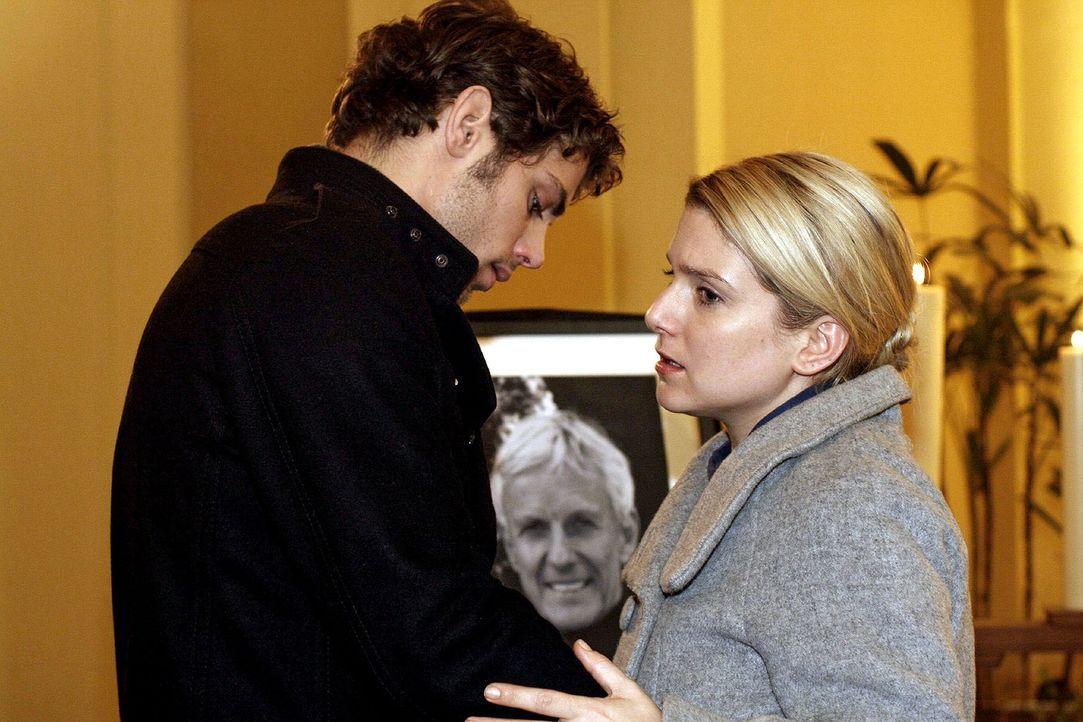 Anna (Jeanette Biedermann, r.) weicht zurück, als Jonas (Roy Peter Link, l.) ihr in der Kapelle näher kommt und sie küssen will. - Bildquelle: Noreen Flynn Sat.1