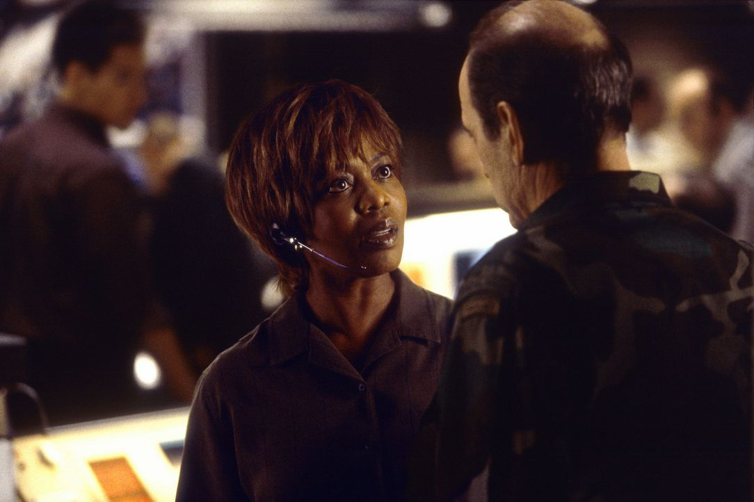 Muss die Welt retten: Talma Stickley (Alfre Woodard, l.) ... - Bildquelle: TM & Copyright   2003 by Paramount Pictures. All Rights Reserved.