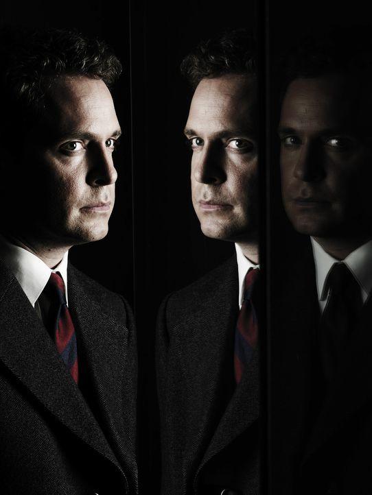 Ahnt, dass sich die Schlinge um seinen Hals langsam zuzieht: Adrian Philby (Tom Hollander) ...