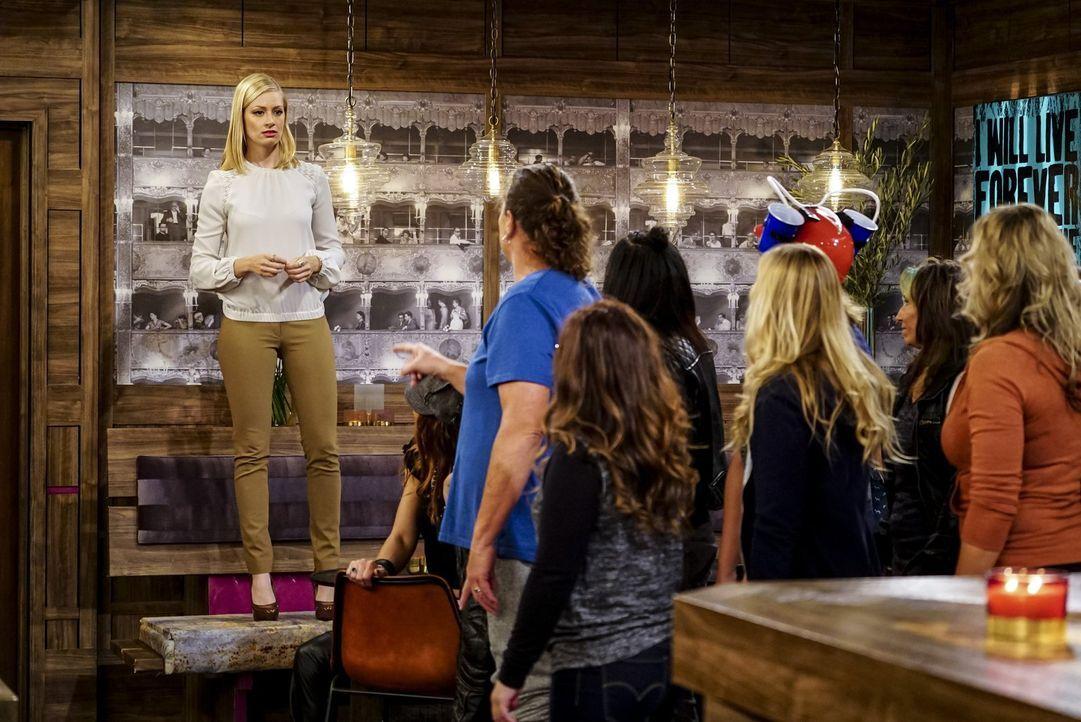 Wird es Caroline (Beth Behrs, l.) gelingen, die unliebsamen Kunden aus ihrer Bar zu vertreiben, ohne in Schwierigkeiten zu geraten? - Bildquelle: Warner Bros. Television