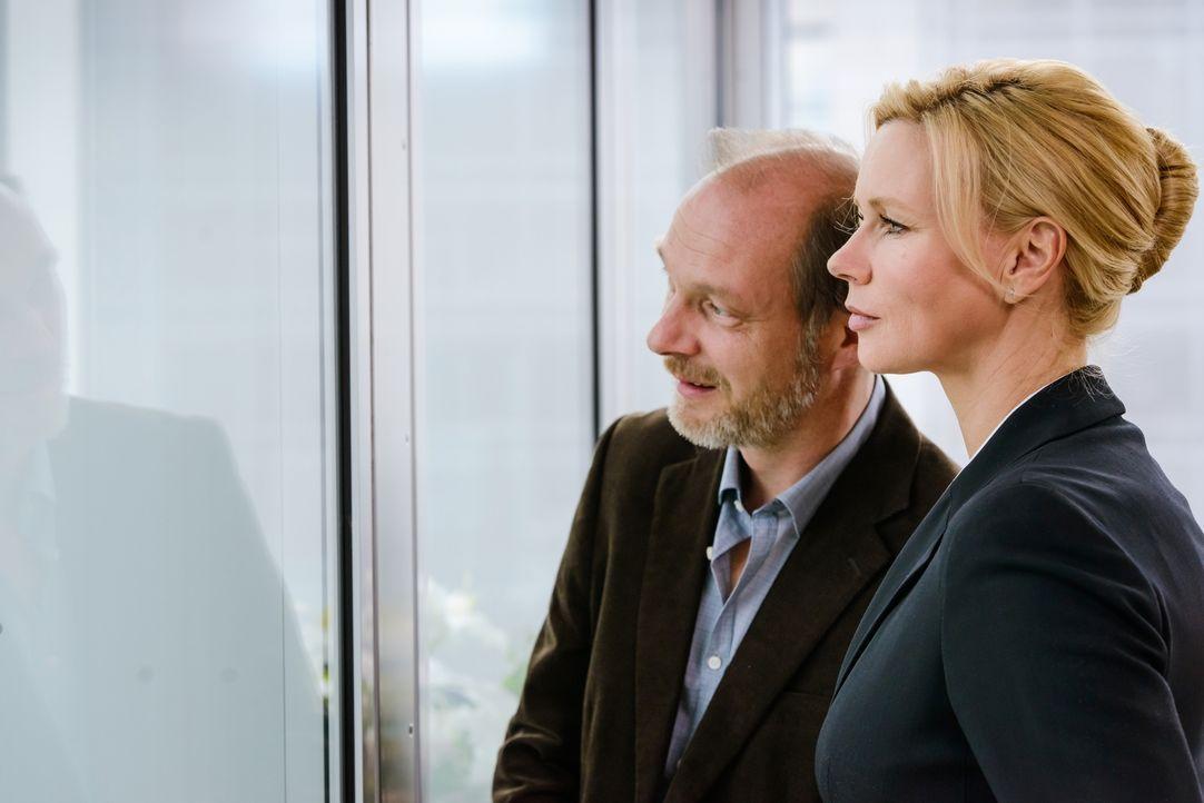 Noch ahnt ihr Berater (Martin Brambach, l.) nicht, dass die Bundeskanzlerin Anna Bremer (Veronica Ferres, r.) ein Geheimnis mit sich trägt, das ihre... - Bildquelle: Stefan Erhard SAT. 1