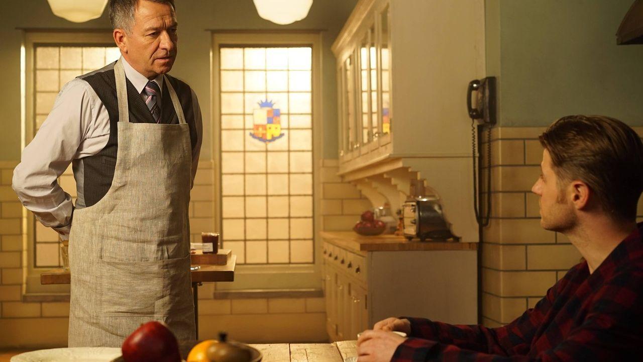 Gemeinsam mit Alfred (Sean Pertwee, l.) möchte Gordon (Ben McKenzie, r.) den Mord an Bruce Eltern aufdecken, während Oswald erkennt, welche Rolle se... - Bildquelle: Warner Brothers