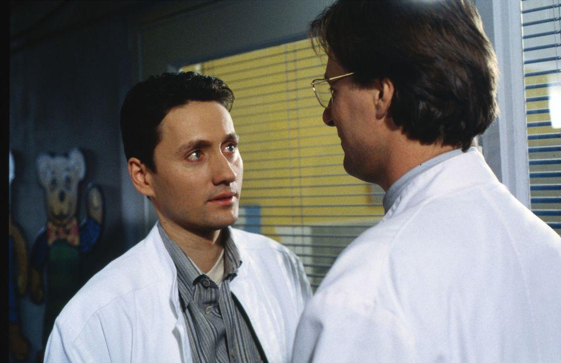 Dr. Kampmann (Ulrich Reinthaller, l.) und Dr. Lüders (Ralf Lindermann, r.) stehen kurz vor der Operation. Lisa hat einen offenen Unterschenkelbruch... - Bildquelle: Daehn Sat.1