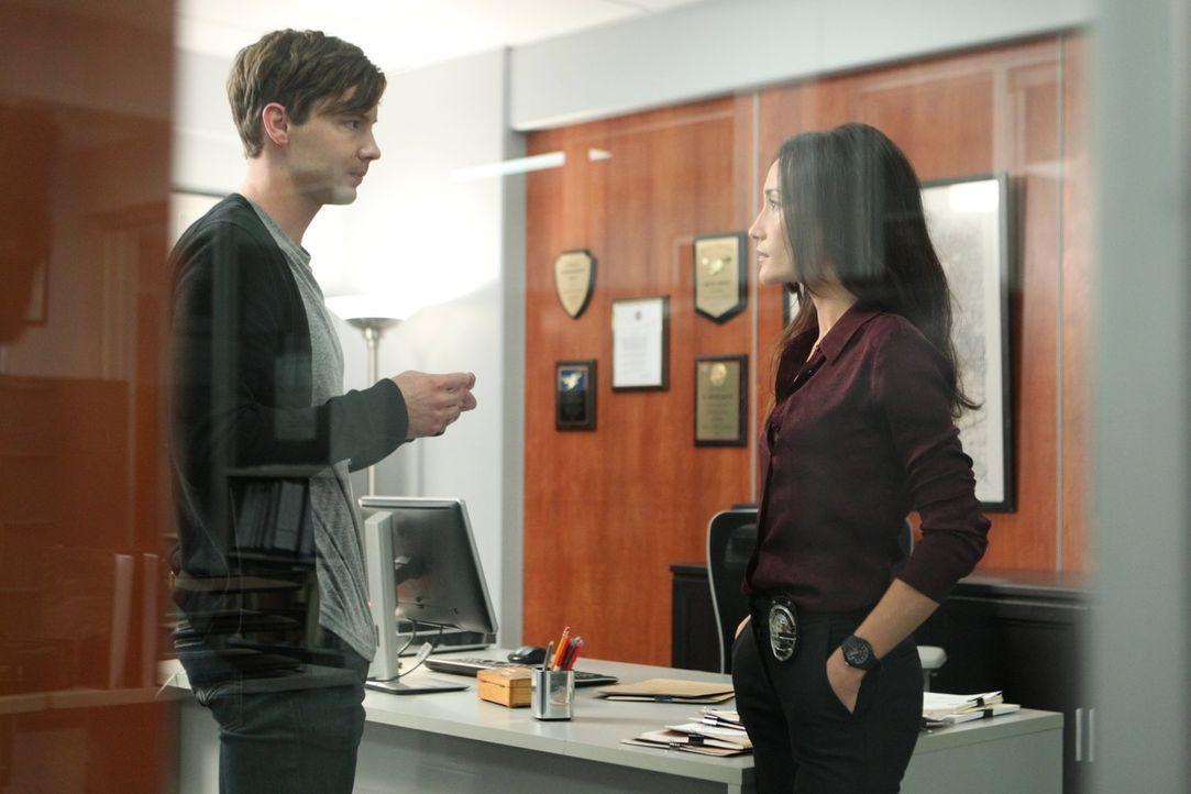 Perry (Erik Stocklin, l.) sucht Hilfe bei Lieutenant Beth Davis (Maggie Q, r.). Doch wird sie ihm helfen können? - Bildquelle: Warner Bros. Entertainment, Inc.