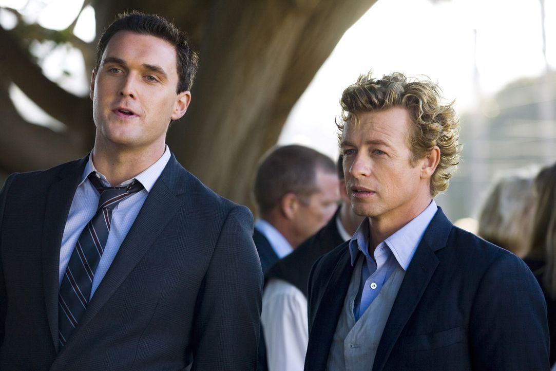 Patrick Jane (Simon Baker, r.) und Wayne Rigsby (Owain Yeoman, l.) ermitteln in einem neuen verzwickten Mordfall ... - Bildquelle: Warner Bros. Television