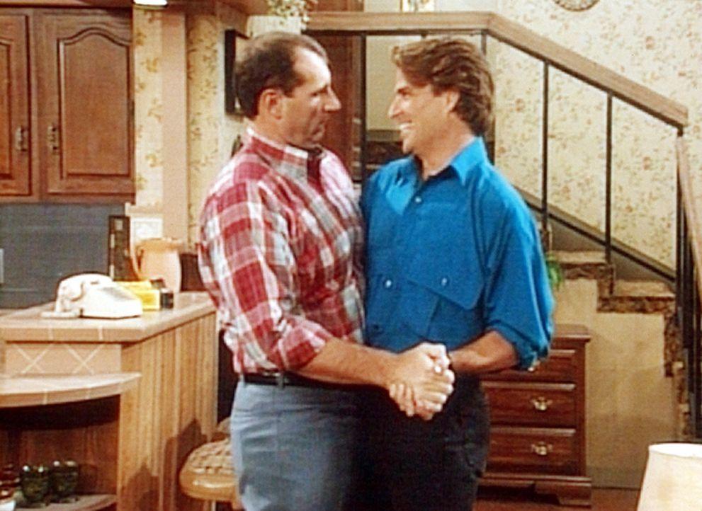 Al (Ed O'Neill, l.) und Jefferson (Ted McGinley, r.) feiern die Glückssträhne. - Bildquelle: Columbia Pictures