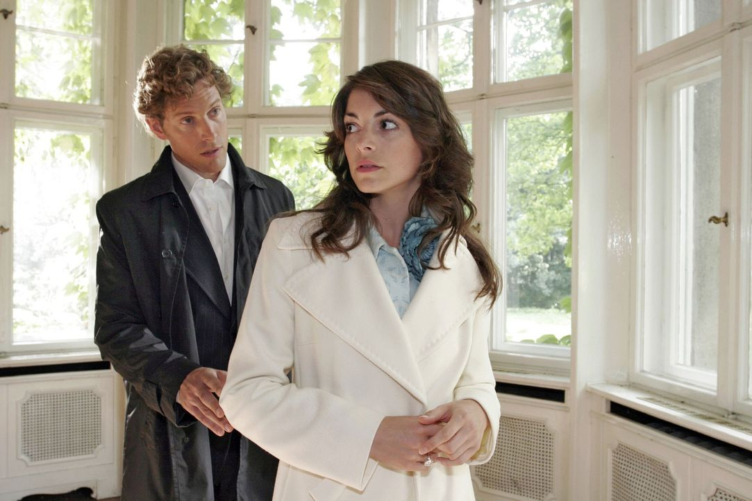 Seinen damaligen Weggang nachtragend, zeigt Mariella (Bianca Hein, r.) Lars (Clayton M. Nemrow, l.) demonstrativ die kalte Schulter. - Bildquelle: Noreen Flynn Sat.1