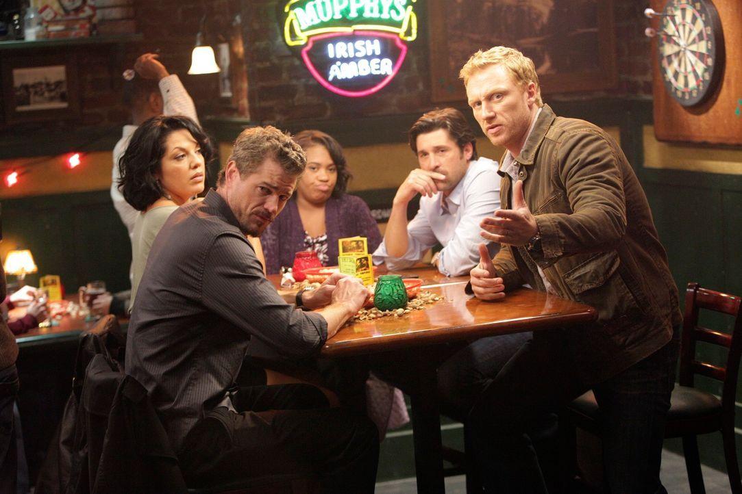 Owen (Kevin McKidd, r.), Miranda (Chandra Wilson, M.), Mark (Eric Dane, 2.v.l.) und Callie (Sara Ramirez, l.), die gemeinsam mit Derek (Patrick Demp... - Bildquelle: ABC Studios