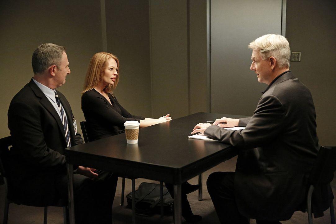 Haben Gene Isaacson (Andy Milder, l.) und Rebecca Chase (Jeri Ryan, M.)  etwas mit dem aktuellen Fall zu tun? Gibbs (Mark Harmon, r.) und sein Team... - Bildquelle: CBS Television