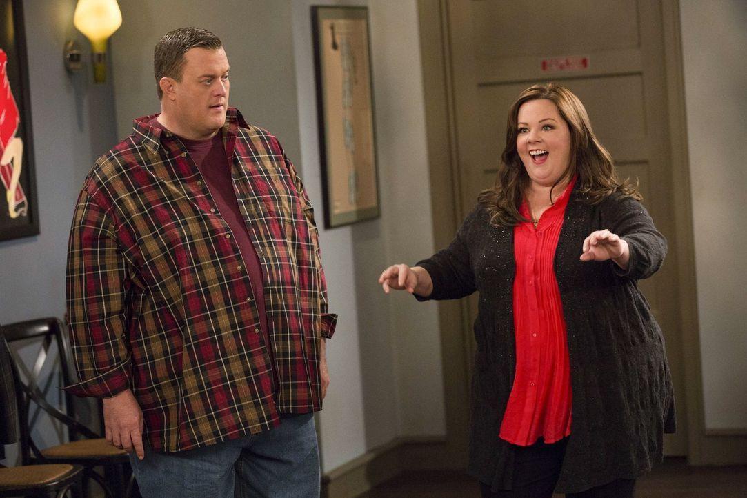 Mike (Billy Gardell, l.) hat keine Lust, zur Salsa-Tanzstunde zu gehen und bittet deshalb Carl, für ihn einzuspringen. Doch als er mitbekommt, welch... - Bildquelle: Warner Brothers