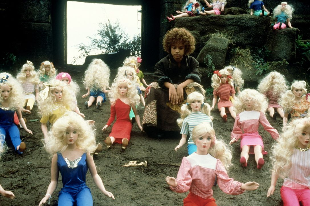 Mit übergroßen Barbie-Puppen versuchen die Herren der Zeit-Sparkasse alle Kinder der Stadt auf ihre Seite zu ziehen. Doch Momo (Radost Bokel) ahnt... - Bildquelle: Tobis Filmkunst