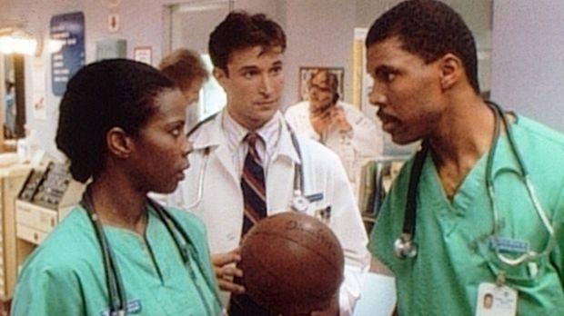 Zwischen Langsworthy (Tyra Ferrell, l.) und Benton (Eric LaSalle, r.) gibt es...