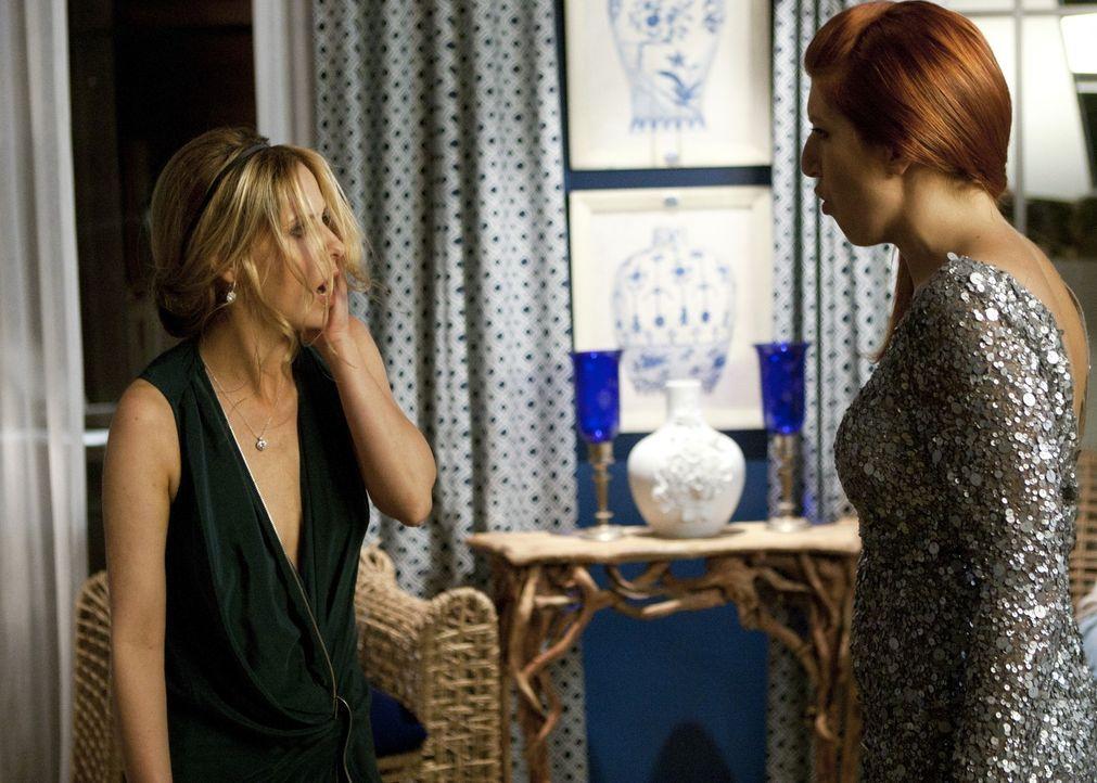 Gemma (Tara Summers, r.) ist außer sich, als sie erfährt, dass Bridget (Sarah Michelle Gellar, l.), die sie für ihre Freundin Siobhan hält, eine... - Bildquelle: 2011 THE CW NETWORK, LLC. ALL RIGHTS RESERVED
