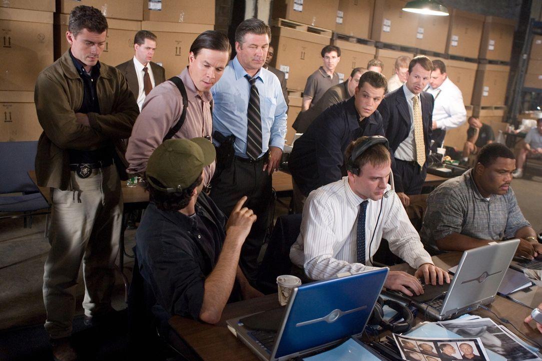 Captain Ellerby (Alec Baldwin, M.M.) und Sergeant Dignam (Mark Wahlberg, M.l.) ahnen noch nicht, dass ihr Kollege Colin Sullivan (Matt Damon, M.r.)... - Bildquelle: Warner Bros. Entertainment Inc