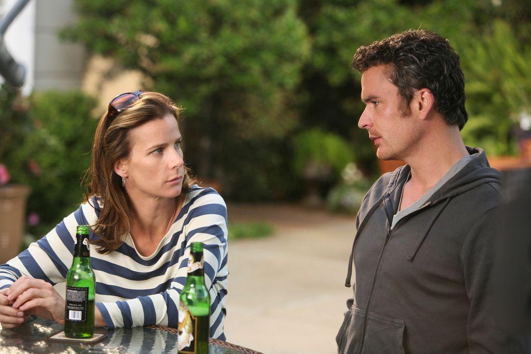 Sarah (Rachel Griffiths, l.) besucht Tommy (Balthazar Getty, r.), um sich endlich mit ihm aussprechen zu können. - Bildquelle: 2008 ABC INC.