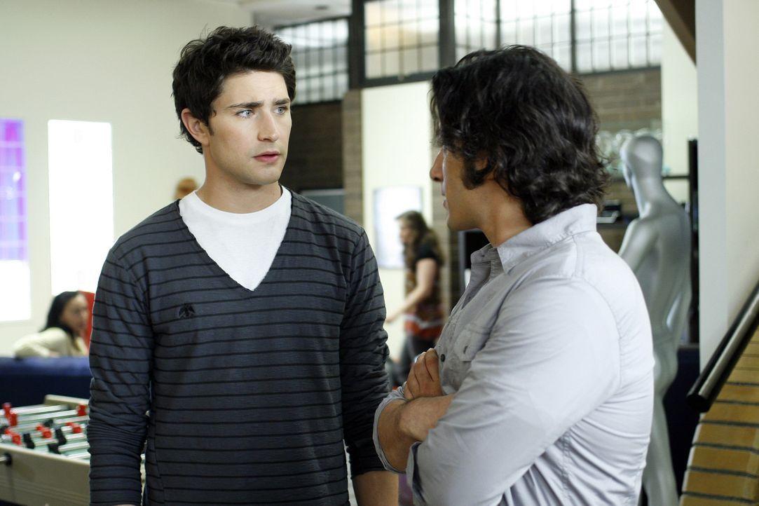 Kyle (Matt Dallas, l.) hält sich ans seine Abmachung mit Cassidy (Hal Ozsan, r.) und arbeitet mit Latnok zusammen ... - Bildquelle: TOUCHSTONE TELEVISION