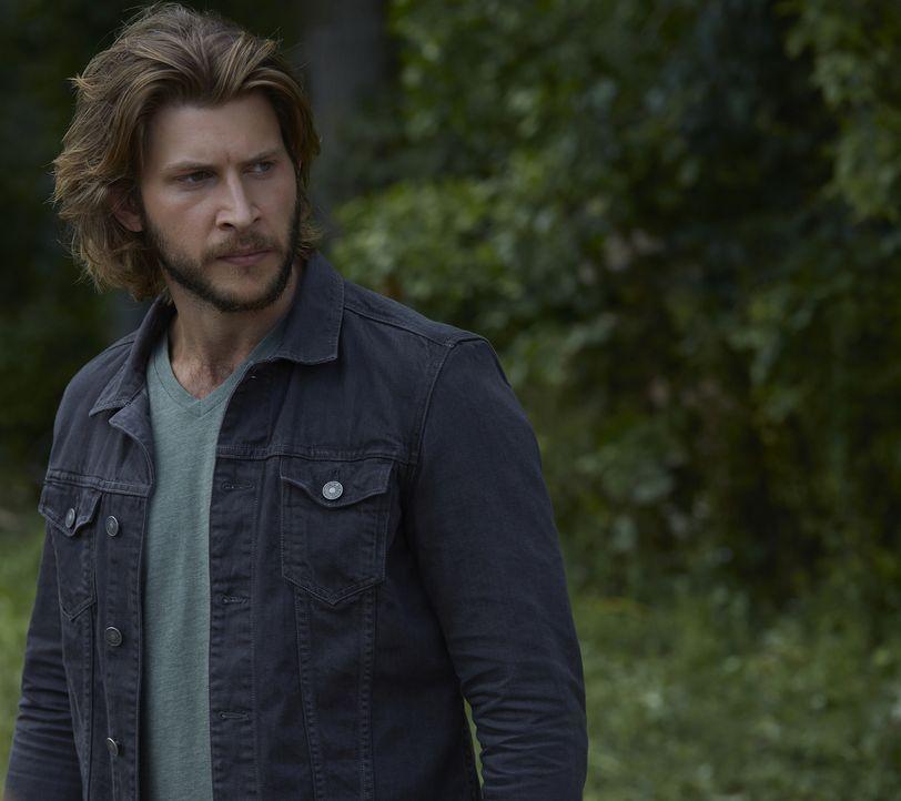 Schließlich wird Clay (Greyston Holt) bewusst, dass noch etwas anderes hinter Malcolm her ist ... - Bildquelle: 2015 She-Wolf Season 2 Productions Inc.