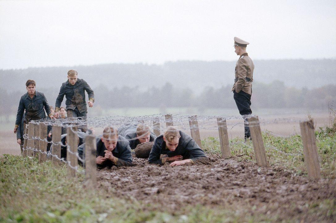 An der Napola erwarten Friedrich und die Jungens eine unglaublich harte Disziplin und scharfer, militärischer Drill. Menschliche Regungen sind hier... - Bildquelle: Constantin Film