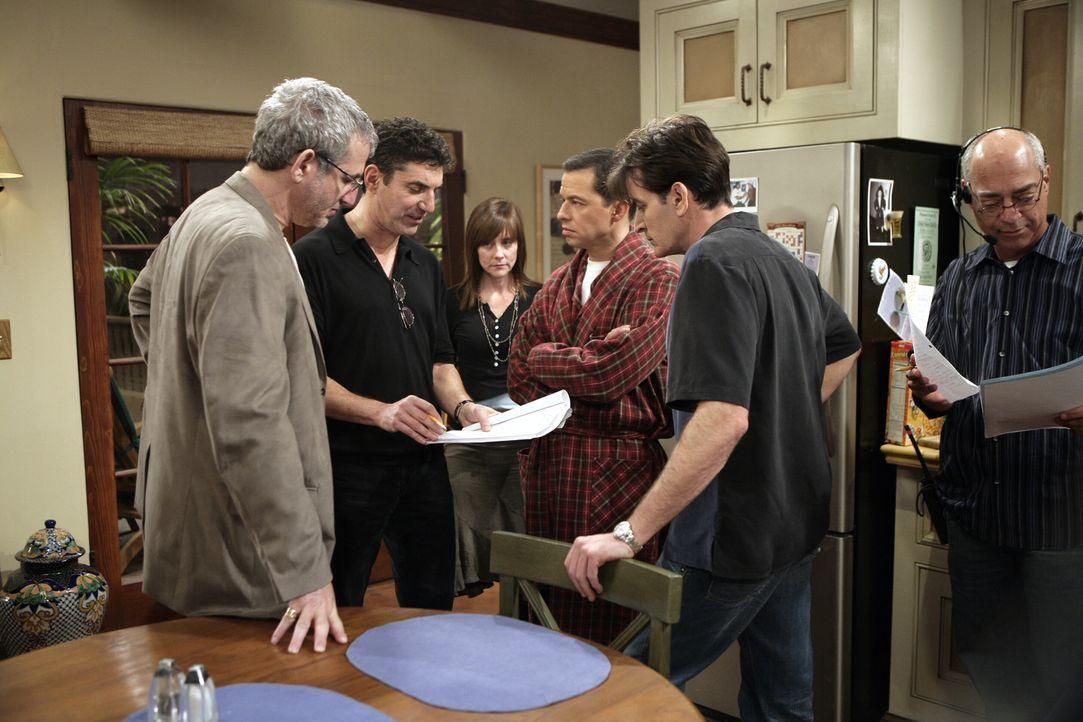 "Bei den Dreharbeiten zu ""Two and a Half Men"" ... - Bildquelle: Warner Brothers Entertainment Inc."
