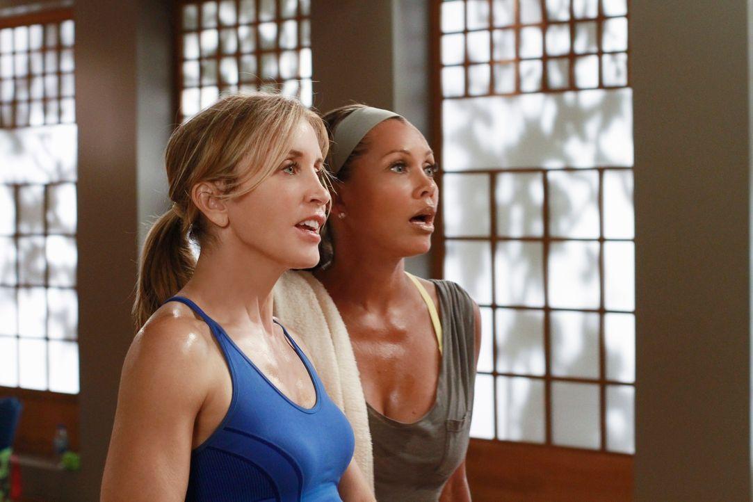 Während Lynette (Felicity Huffman, l.) und Renee (Vanessa Williams, r.) an einem Yoga-Kurs teilnehmen um mehr über Toms neue Freundin herauszubekomm... - Bildquelle: ABC Studios
