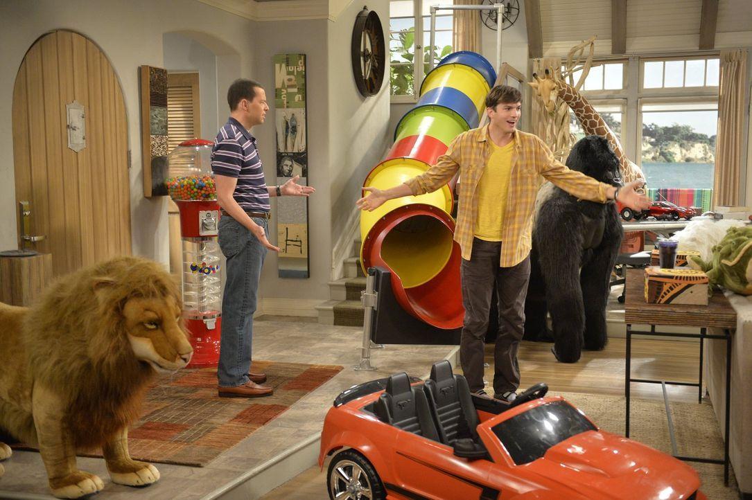Als sie einen Pflegejungen übers Wochenende bekommen, legen sich Walden (Ashton Kutcher, r.) und Alan (Jon Cryer, l.) ins Zeug, um dem Jungen zu gef... - Bildquelle: Warner Brothers Entertainment Inc.