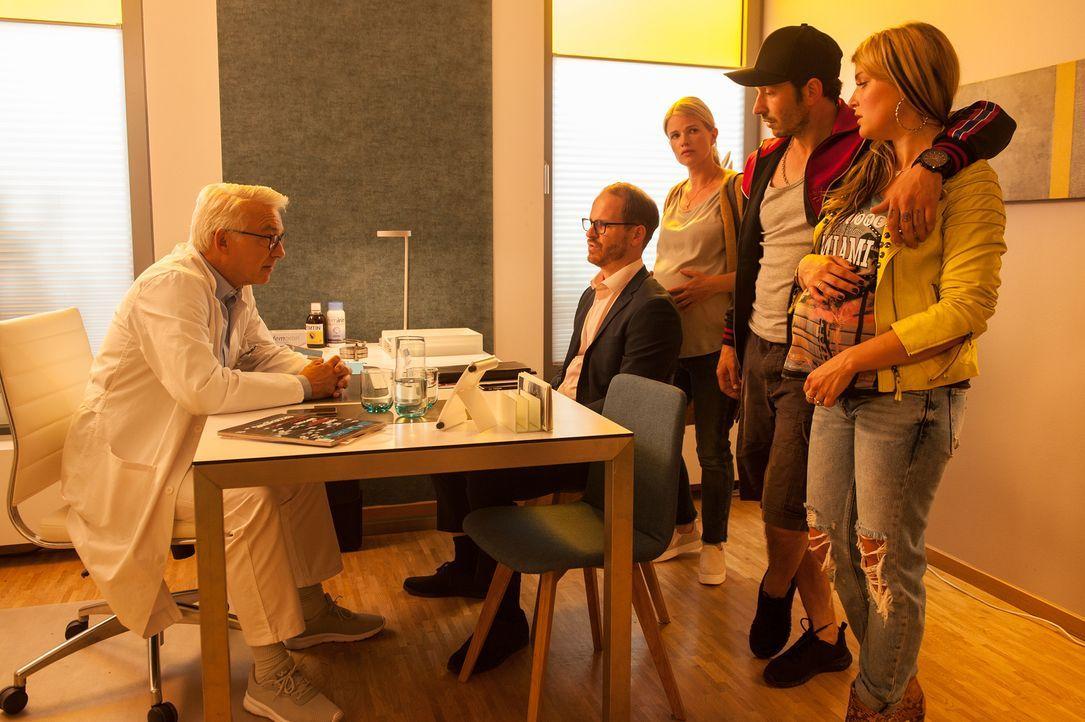 Dr. Volker Niebling (Christoph M. Ohrt, l.) muss den Pärchen Knut (Marc Ben Puch, 2.v.l.) und Julia (Mira Bartuschek, M.) sowie Steve (Arnel Taci, 2... - Bildquelle: Britta Krehl SAT.1/Britta Krehl