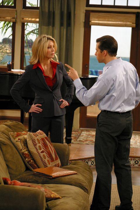 Alan (Jon Cryer, r.) hat die superteure Scheidungsanwältin Laura (Heather Locklear, l.) engagiert, um sich gegen die Forderungen seiner Noch-Frau J... - Bildquelle: Warner Brothers Entertainment Inc.