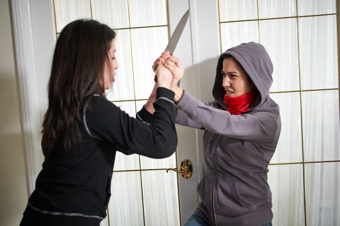 Mutig wirft sich Marcela (l.) in den Kampf mit der Gangführerin Bianca (r.). Doch sollte sie verlieren, wird ihre ganze Familie sterben ... - Bildquelle: Steven Lungley Cineflix 2014