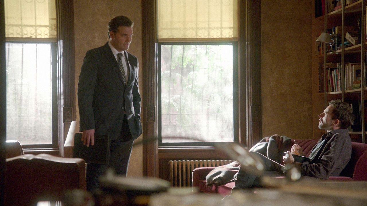 Sherlock Holmes (Jonny Lee Miller, r.) ermittelt in einem neuen Fall und stößt dabei auf Jim Fowkes (Craig Bierko, l.). Doch hat er wirklich etwas d... - Bildquelle: CBS Television