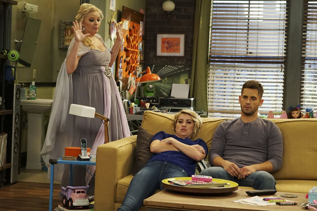 (v.l.n.r.) Bonnie (Melissa Peterman); Riley (Chelsea Kane); Ben (Jean-Luc Bilodeau) - Bildquelle: Eric McCandless ABC Family