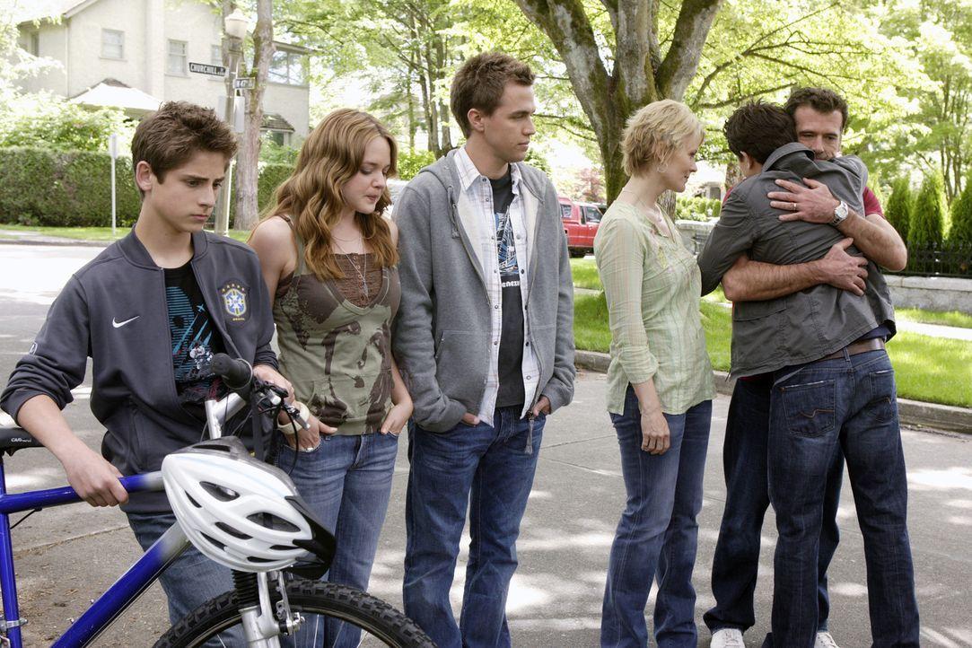 Kyle (Matt Dallas, 2.v.r.) nimmt Abschied von Josh (Jean-Luc Bilodeau, l.), Lori (April Matson, 2.v.l.), Declan (Chris Olivero, 3.v.l.), Nicole (Mar... - Bildquelle: TOUCHSTONE TELEVISION