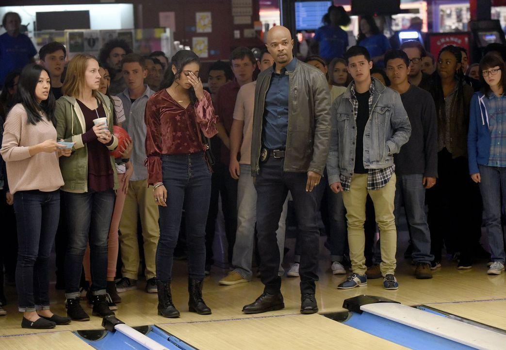 Als Riggs einen ihrer draufgängerischen Freunde auf der Bowlingbahn niederringt, ist auch Riana (Chandler Kinney, 3.v.l.) mit Murtaugh (Damon Wayans... - Bildquelle: Warner Brothers