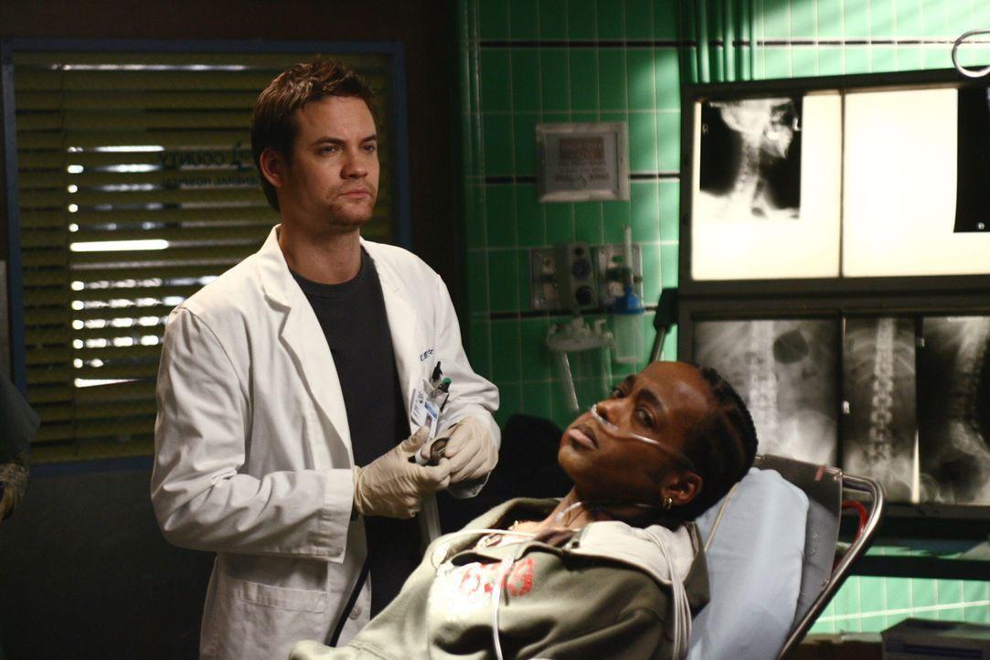 Da Deshawn (Marc Bowman, r.) sich nicht zu dem Unfallhergang äußern möchte, versucht Ray (Shane West, l.) alles, um etwas aus ihm heraus zu bekommen... - Bildquelle: Warner Bros. Television