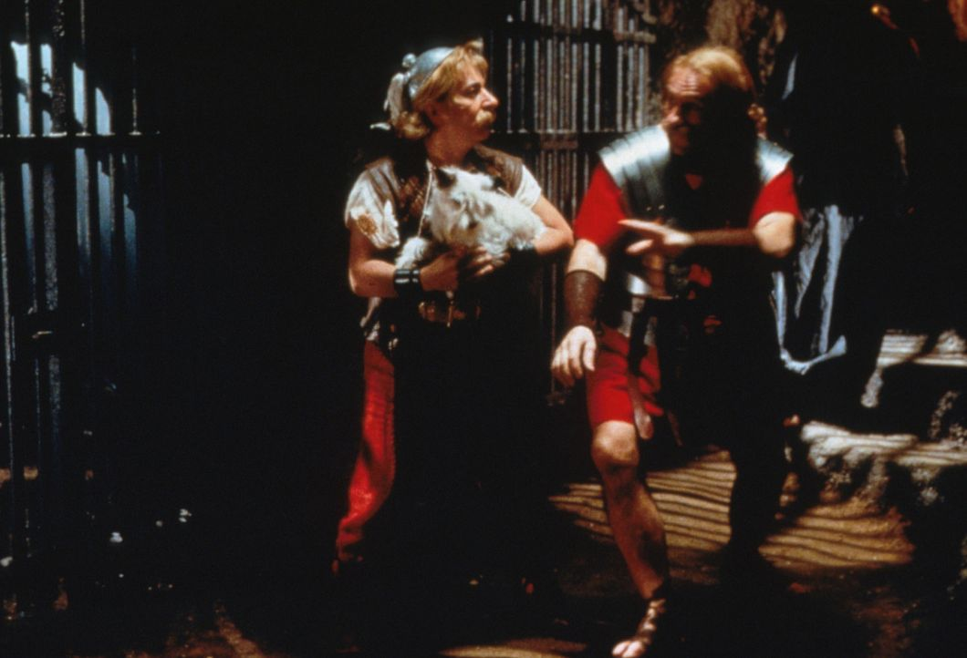 Voller Kampfesmut sind Asterix (Christian Clavier, l.) und sein Freund Obelix (Gerald Depardieu, r.) nach Rom gezogen, um Miraculix zu retten ... - Bildquelle: Constantin Film