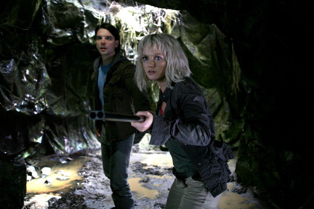 Im Kampf gegen merkwürdige Kreaturen: Connor (Andrew Lee Potts, l.) und Abby (Hannah Spearitt, r.) ... - Bildquelle: ITV Plc